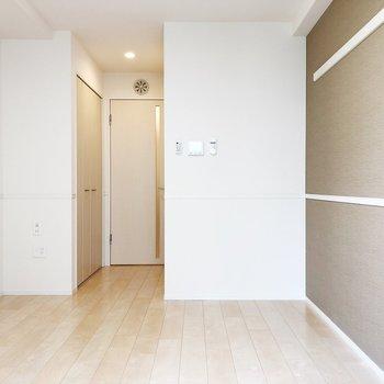 机を右側の壁に寄せると空間を広く使えそうです
