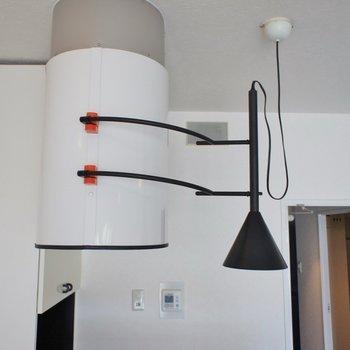 芸術的なライトと換気扇。※写真は同タイプの別部屋のもの
