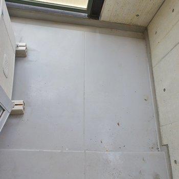 バルコニーは狭めです。※写真は同タイプの別部屋のもの
