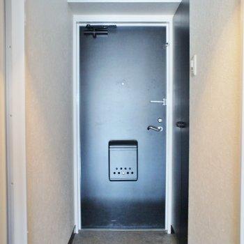 床が黒で大人クール感アップ。※写真は同タイプの別部屋のもの