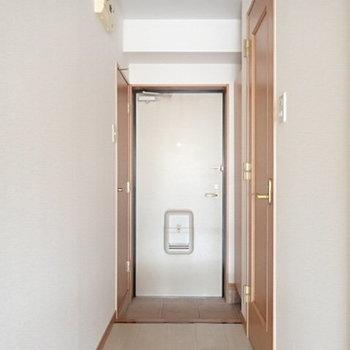 玄関にも収納はたくさんあるんです!(※写真は1階の反転間取り別部屋のものです)