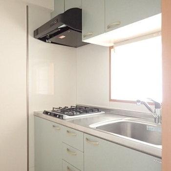 収納力も兼ね備えたキッチン(※写真は1階の反転間取り別部屋のものです)