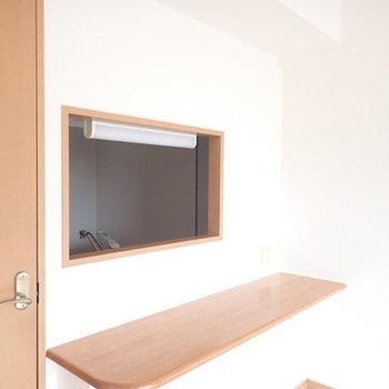 キッチンの小窓がステキ(※写真は1階の反転間取り別部屋のものです)