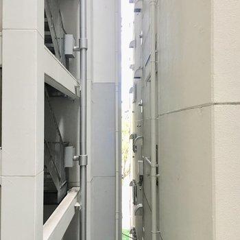 周りはマンションが隣接しています。
