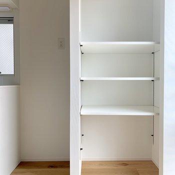 奥の棚は可動式です※写真は3階の同間取り別部屋のものです