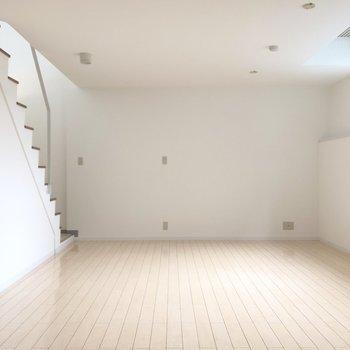 白く、光差し込む地下空間。
