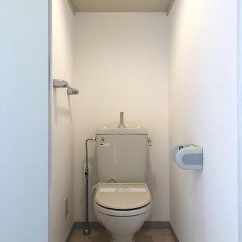手前の扉がトイレです。