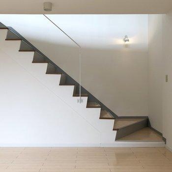 【洋室10帖】ジグザグが可愛い階段です。