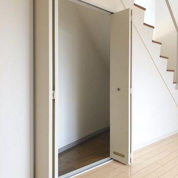 【洋室10帖】階段下なのでちょっとスリム。