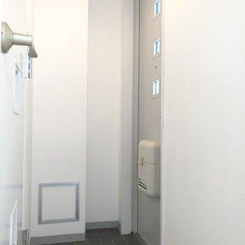 コンパクトな玄関。