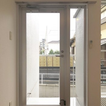 LDKにある扉から外に出られます。