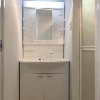 その隣に、独立洗面台のある脱衣所。