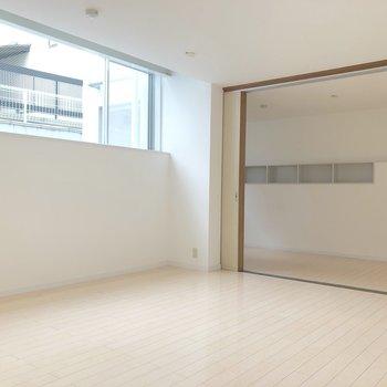 【洋室10帖】隣の洋室との仕切り開けると開放的。
