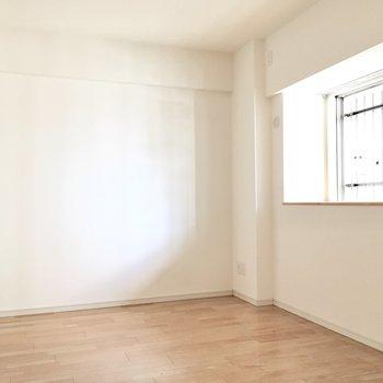 洋室②】北側の洋室へ。こちらも窓が付いてますよ。