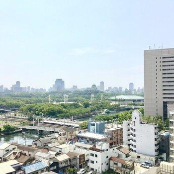 視線を横に向けると大阪城も見れちゃいます。
