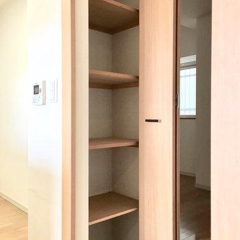 キッチン横の収納には日用品のストックを。