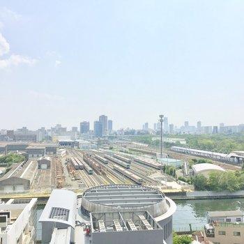 目の前には鉄道基地と寝屋川を一望!