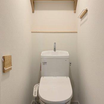 トイレもスタイリッシュ。この棚が便利なんだよね〜※写真は3階反転間取り別部屋のものです