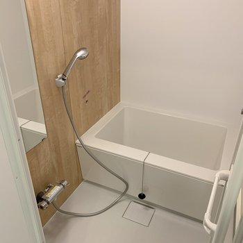 ゆったりした新品のお風呂。※写真は3階反転間取り別部屋のものです