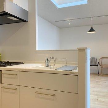 キッチンの天板は人口大理石。料理がはかどる!※写真は3階反転間取り別部屋のものです