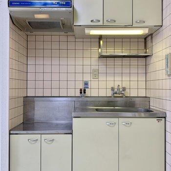 ガスでもIHでも設置可能なキッチン、レトロなタイルが雰囲気あります
