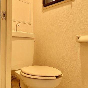 トイレはシンプルですが窓付きが何気に嬉しい