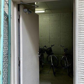 共用部】オートロック内に駐輪場発見!中は少しコンパクト