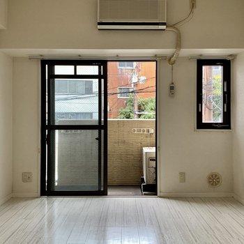 窓は小さい窓もあって、換気などしやすそうですね◎