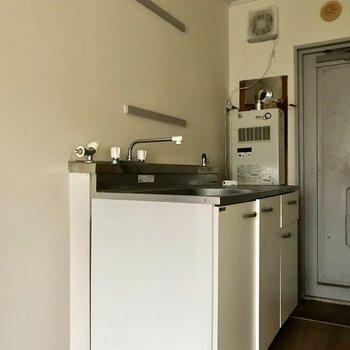 キッチン上に長押が付いています。※写真は通電前のものです