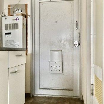 玄関スペースはコンパクトです。※写真は通電前のものです