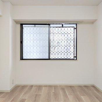 【洋室②】共用部側の窓にはかわいい形の格子がありました