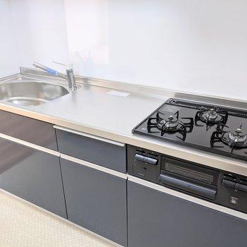 【キッチンスペース】作業スペースもしっかり確保。3口コンロです
