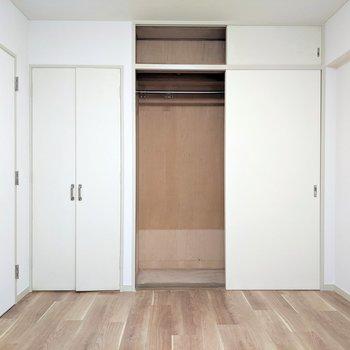 【洋室②】こちらの収納はクローゼット。長い丈の洋服がゆったりかけられそうです