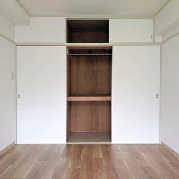 【洋室①】収納は押入れタイプ。ハンガーポール付いているので洋服も掛けられます
