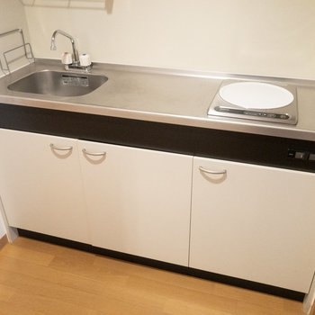 1口IHですが、調理スペースは広く使えます※写真は7階の反転間取り別部屋のものです