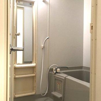 シャンプーなどが置ける場所があっていいですね※写真は7階の反転間取り別部屋のものです