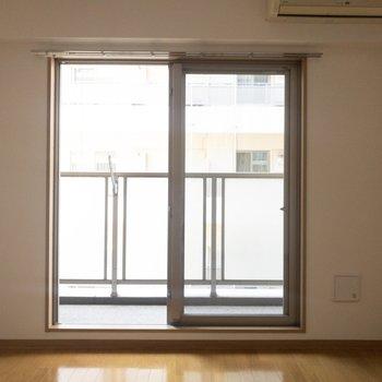 大きい窓から気持ちのいい風が入ってきます※写真は7階の反転間取り別部屋のものです