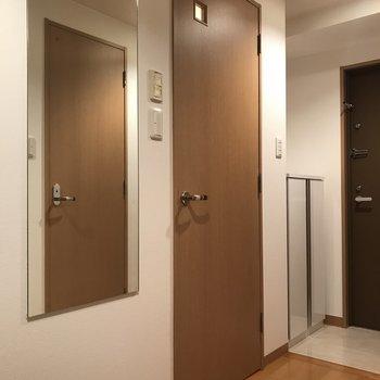 廊下に鏡。身だしなみチェックはここで※写真は7階の反転間取り別部屋のものです