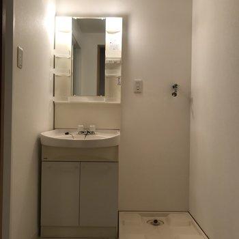 ゆったりとした洗面所※写真は7階の反転間取り別部屋のものです