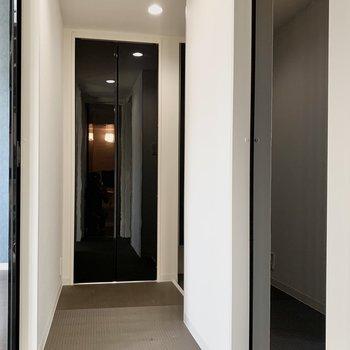 廊下をスーッといくと玄関へ。