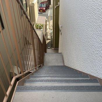 お部屋までは階段です。あんまりキツくないですよ◯