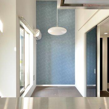 キッチンから。照明とお部屋がマッチしていますね。