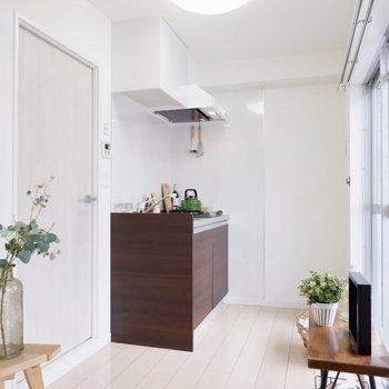 キッチンはゆったり使えますね。※家具・雑貨はサンプルです