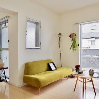 差し色もよく映えるお部屋です。※家具・雑貨はサンプルです