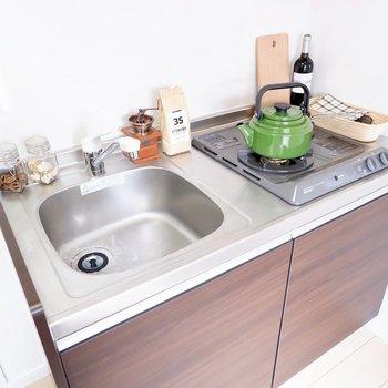 調理スペースは別で確保する必要がありそうですが、2口コンロです。※家具・雑貨はサンプルです