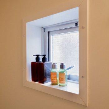 ボトルは小窓のところに。※家具・雑貨はサンプルです