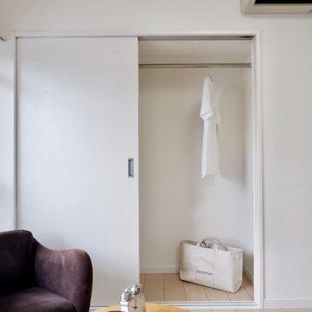 収納扉がスライドなので家具の配置が考えやすいです。※家具・雑貨はサンプルです