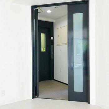 玄関扉を開くと、エレベーターがあります。2階はこのお部屋のみです。