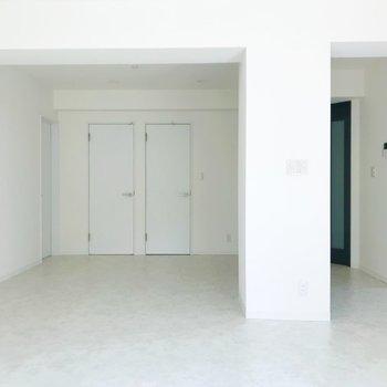 【LDK】奥の窓から。左から順に白い扉を開いてみましょう。