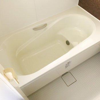 浴槽もこの広さ。疲れが取れそうですね。